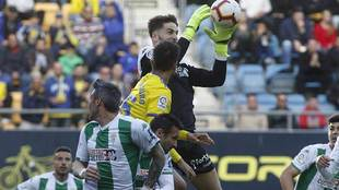 Carlos Abad ataja un balón aéreo en una acción del derbi del...