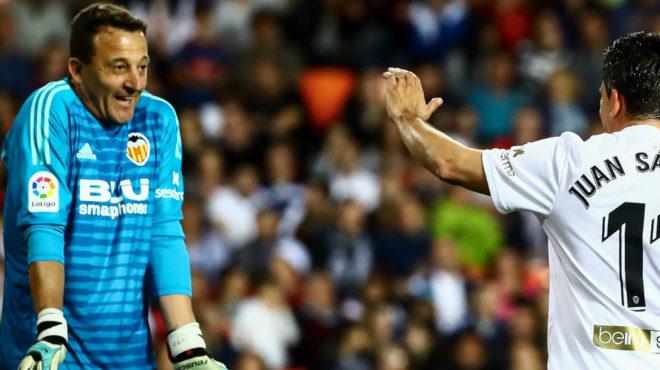 César le pide disculpas a Sánchez tras pararle un penalti.
