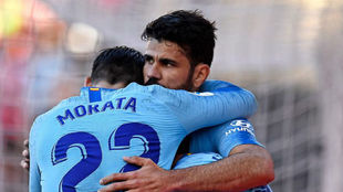 Morata, Costa y Griezmann se abrazan tras un gol del Atlético.