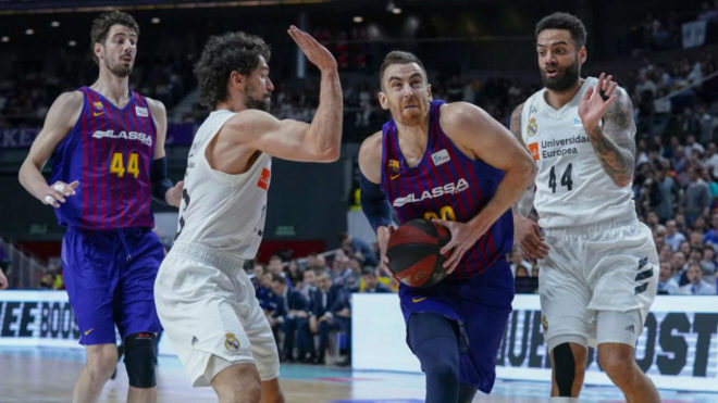 Víctor Claver running towards the basket.