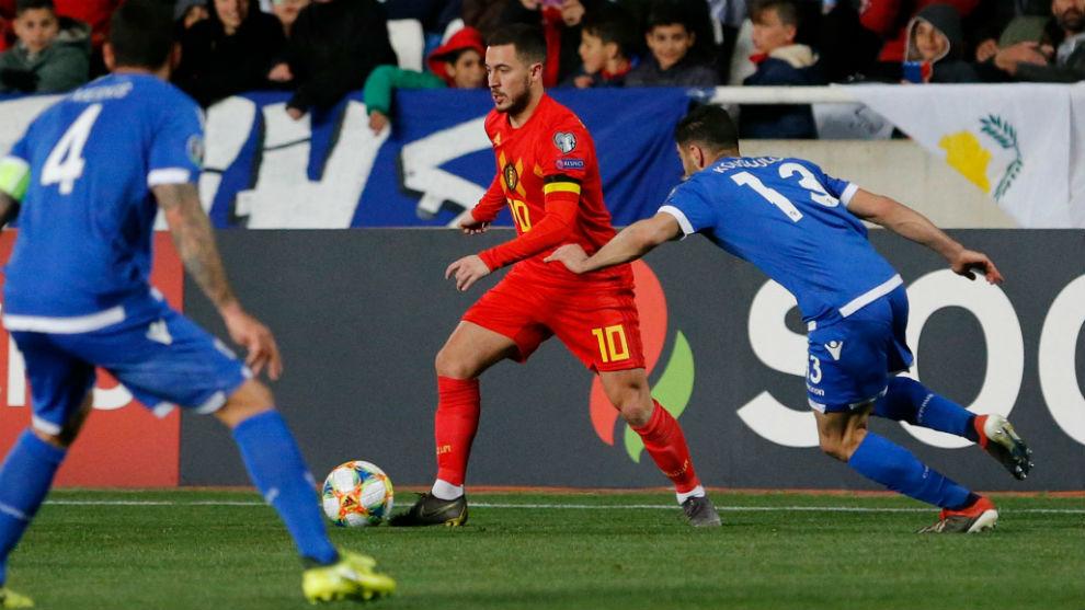 Eden Hazard conduce la pelota ante la oposición chipriota.