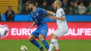 Piccini, ante Teemu Pukki en el partido contra Finlandia.