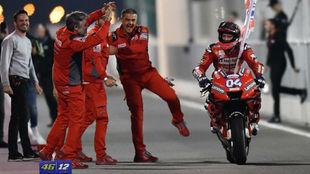 Dovizioso celebra con su equipo la victoria en Qatar.