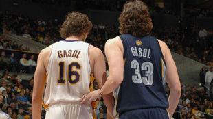 Pau y Marc Gasol en uno de sus primeros duelos en la NBA
