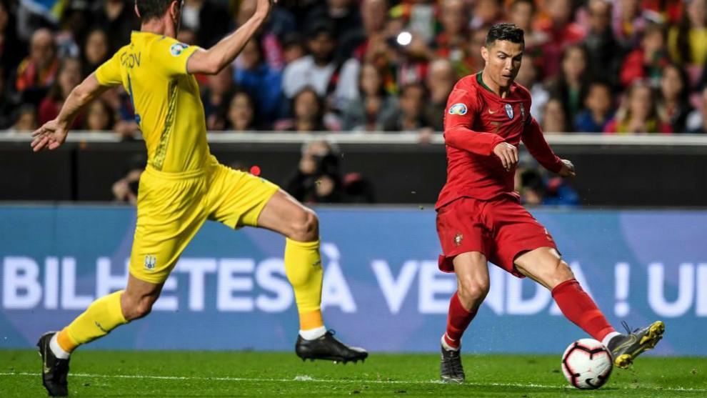 Cristiano Ronaldo frente al ucraniano Sergii Kryvtsov durante el...