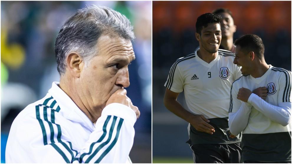 Gerardo Martino (izquierda); Raúl Jiménez y Chicharito, en un...