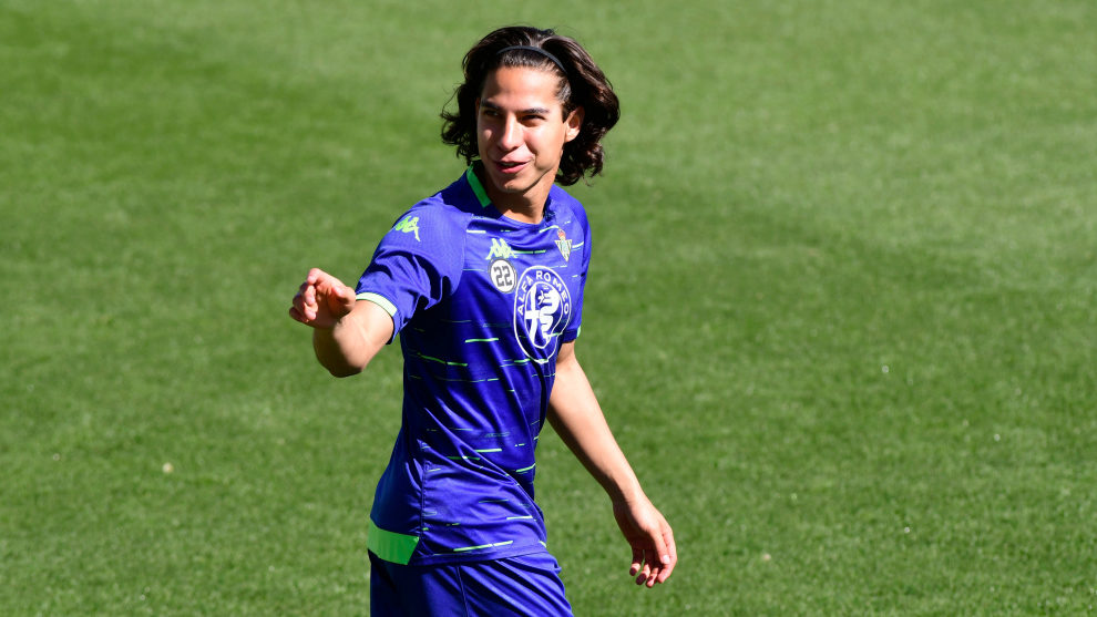 Diego Lainez, en un entrenamiento del Betis.