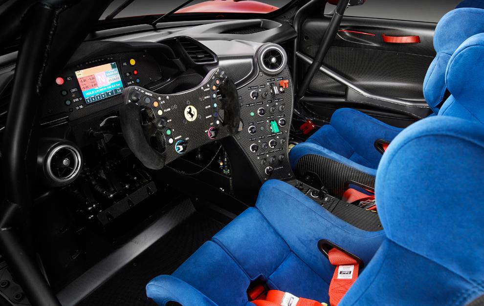 El interior del cockpit es muy similar al del 488 GT3 de competición.