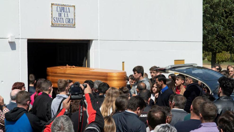 El féretro de Marcos Garrido, a su llegada al tanatorio de Rota.