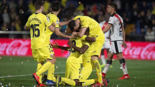 Los jugadores del Villarreal celebran un tanto frente al Rayo.