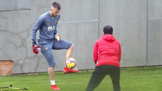 Neto golpea el balón en un entrenamiento en Paterna.