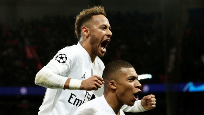 Neymar celebra con Mbappé/