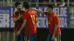 Soler, Oyarzabal and Pedro Porro celebrate the first goal.
