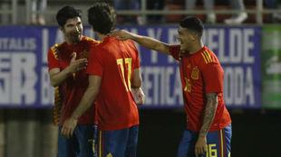 Soler, Oyarzabal y Pedro Porro celebran el gol del primero.