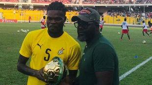 Thomas recibe el premio en el Ghana-Kenia.
