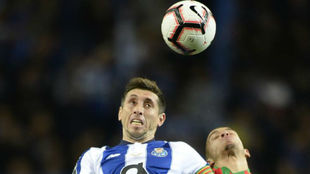 Héctor Herrera pelea un balón en un partido del Oporto