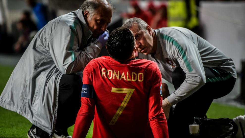 Cristiano es atendido antes de ser sustituído por lesión