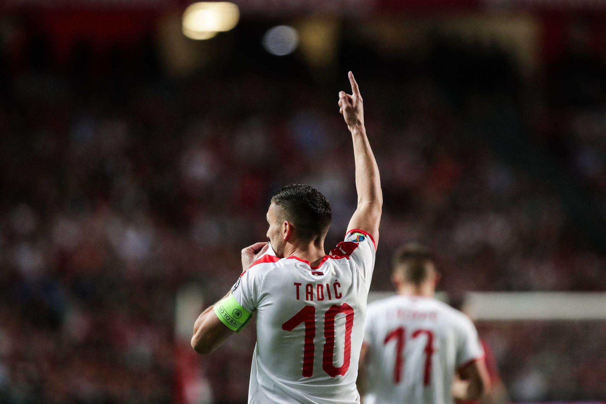 LB01. LISBOA (PORTUGAL), 25/03/2019.- Dusan <HIT>Tadic</HIT> de Serbia celebra con sus compañeros luego de anotar un gol de penalti durante un partido del grupo B por la clasificación de la Eurocopa 2020 entre Portugal y Serbia este lunes, en el estadio Luz de Lisboa (Portugal). EFE/Mario Cruz