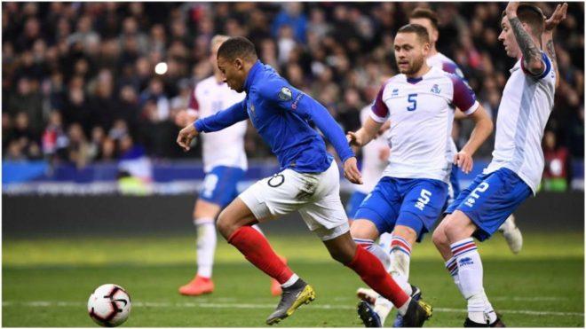 Mbappé se apresta a marcar el 3-0 de Francia.