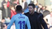 Lemar y Simeone se saludan tras un partido.