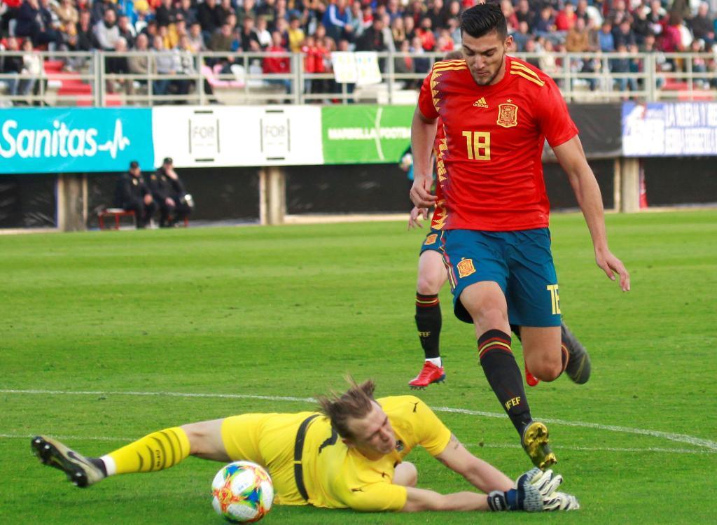GRAFAND5062. ALGECIRAS (CÁDIZ), 25/03/2019.- El jugador de la selección española de la sub 21 <HIT>Rafa</HIT><HIT>Mir</HIT> (d), supera al guardameta de la selección de Austria sub 21 Kreidl Johannes, esta tarde durante el partido amistoso que ambas selecciones disputan en el estadio Nuevo Mirador de Algeciras (Cádiz).EFE/ A.Carrasco Ragel