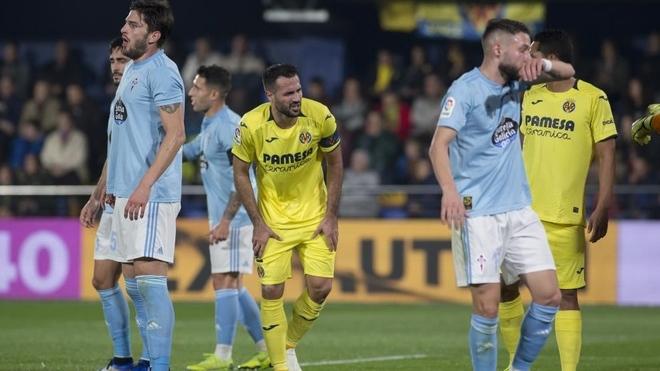 Jugadores de Celta y Villarreal, durante el choque de la primera...