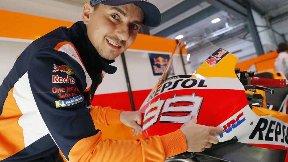 Jorge Lorenzo, junto a su Honda.