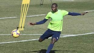 Adrián Ramos disptar en un entrenamiento reciente en la Ciudad...
