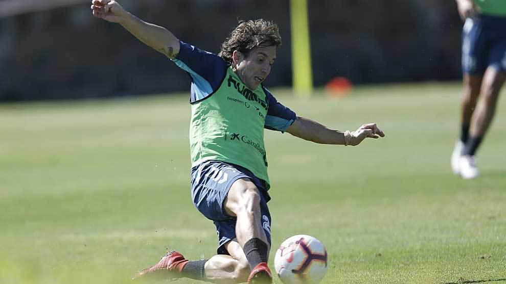 Raúl Cámara se emplea a fondo en un entrenamiento del Tenerife