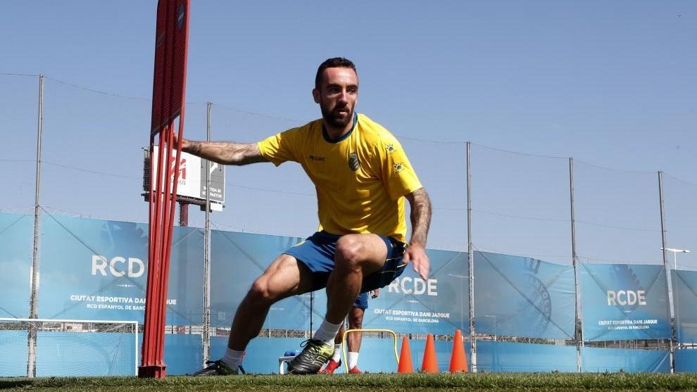 El mediocentro realiza ejercicios físicos sobre el césped de la Ciudad Deportiva.
