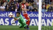 René despeja el balón ante Saviljevic durante la victoria en La...