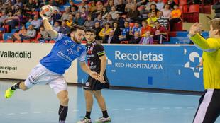 El extremo izquierdo Dani Pérez lanza ante el Logroño  /