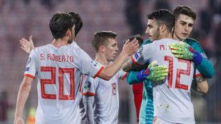 Mario Hermoso se abraza con Kepa tras el partido.