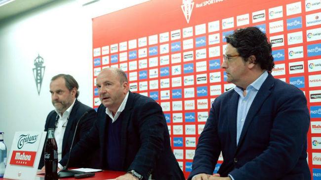 El vicepresidente del Sporting, Javier Martínez (c), y directivos del...