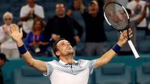 Roberto Bautista celebra su victoria frente a Novak Djokovic.