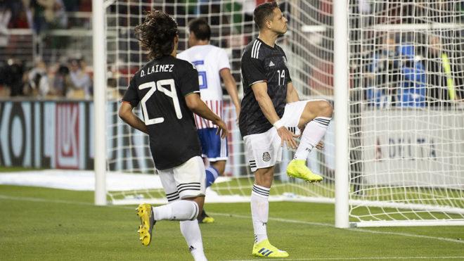 Javier Hernández festeja su gol 51 al estilo Lebron James.