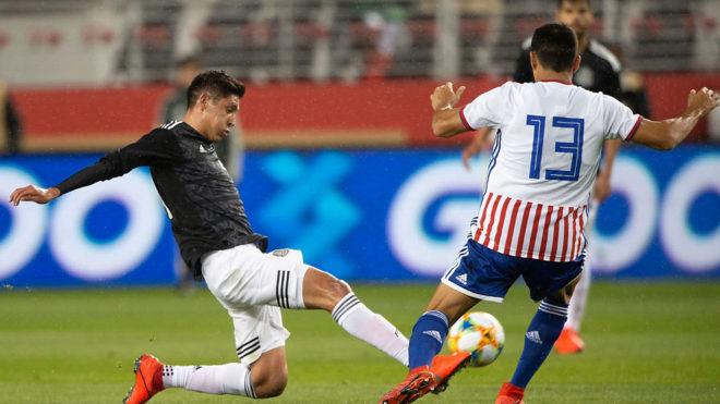 Álvarez lucha por el esférico/