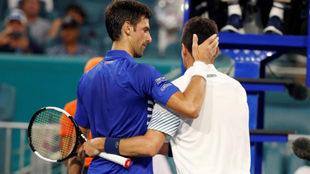Novak Djokovic felicita a Roberto Bautista tras su victoria.