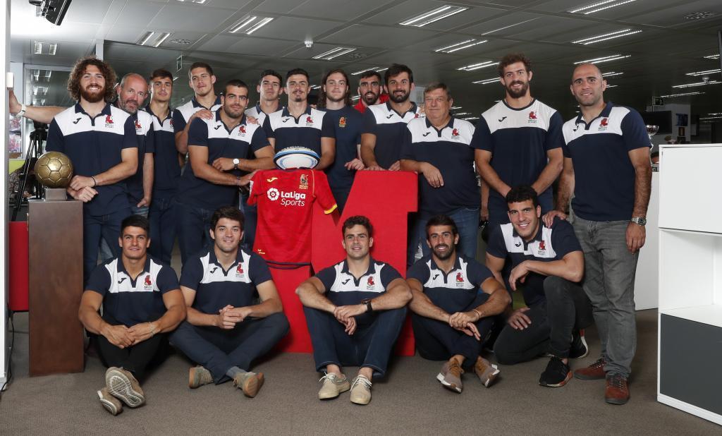 La selección española de rugby 7 en su visita a MARCA. A la derecha...