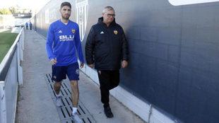 Piccini junto al médico del club en la Ciudad Deportiva de Paterna.