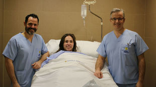 La jugadora internacional con los doctores César Flores y Manuel...