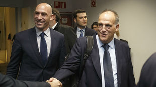 El presidente de la RFEF, Luis Rubiales, con el de LaLiga, Javier...