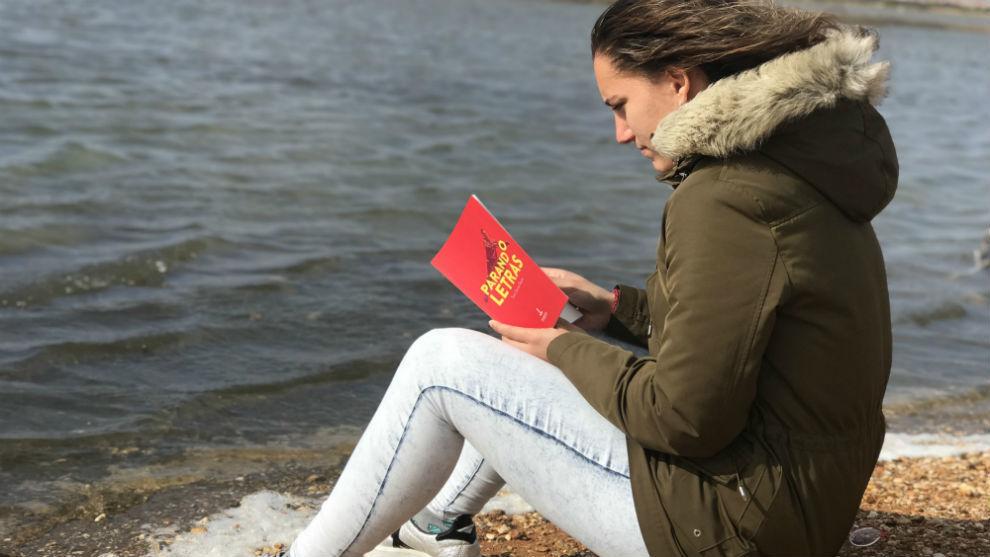 Sara Serrat posa con su libro 'Parando Letras'.