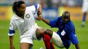 Ronaldinho y Makelele durante el partido del Centenario de FIFA entre...