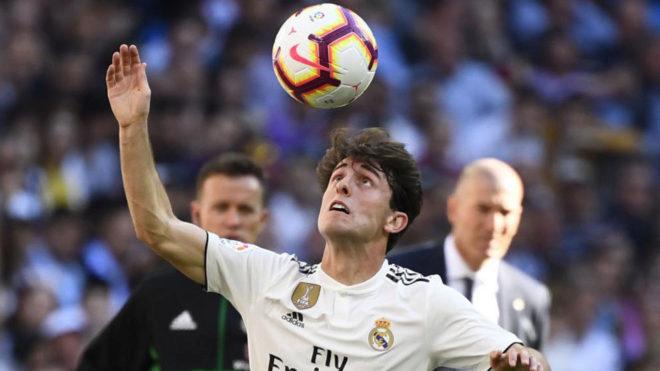 Álvaro Odriozola controla un balón bajo la atenta mirada de Zidane.
