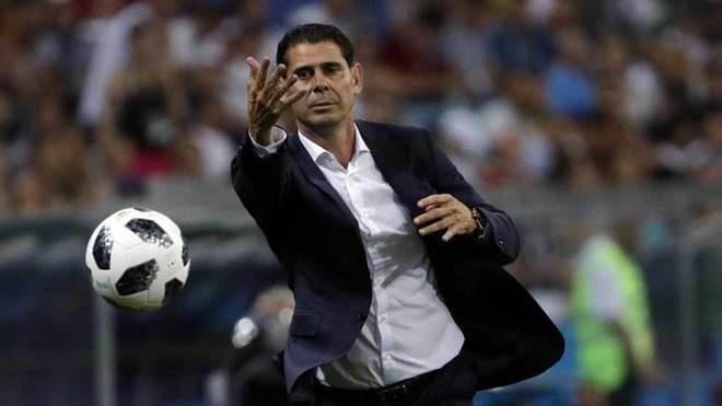 Fernando Hierro lanza un balón en un partido de la selección en el...