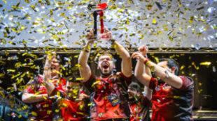 Los jugadores de eSports levantan el trofeo de campeones