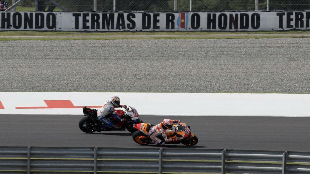 Marc Márquez supera a Jack Miller por el interior en Termas.