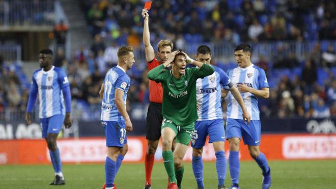 Pizarro Gómez muestra la tarjeta roja al jugador del Sporting Pablo...