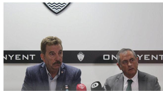 El presidente del club Luis Ortiz, a la izquierda, comparece ante los...